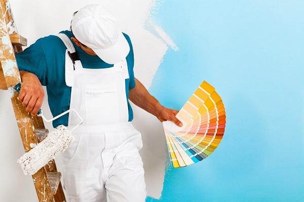 Schilder met kleuren staaltjes op pagina schilderwerk